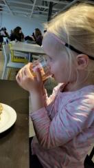 Het restaurant werd verbouwd dus we mochten gratis koffie en fris pakken met een donut.Wat een gelukje!